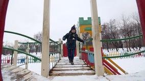 一个小男孩充当冬天操场的HD 股票视频