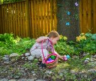 一个小男孩发现复活节彩蛋 免版税库存图片