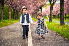 一个小男孩和女孩一个浪漫场面的 库存照片