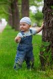 一个小男孩在公园 库存照片