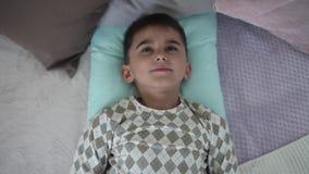 一个小男孩在床上醒在有的早晨一种好心情 HD 影视素材