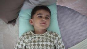 一个小男孩在有的上午醒一种好心情 影视素材