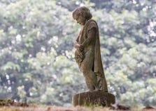 一个小男孩天使雕象 免版税库存照片