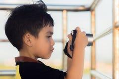 一个小男孩拍照片 库存照片