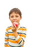 一个小男孩用苹果 库存照片
