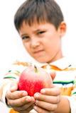 一个小男孩用苹果 免版税图库摄影