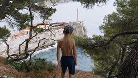 一个小男孩由森林去海 美好的海运视图 影视素材
