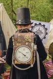 一个小男孩的后面steampunk衣物的 免版税库存照片