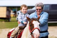 一个小男孩的第一小马乘驾 库存图片