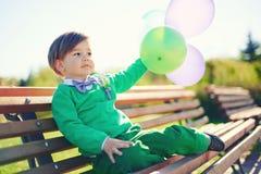 一个小男孩的画象有baloons的 免版税库存照片