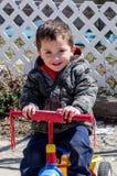 一个小男孩的画象自行车的 免版税库存图片