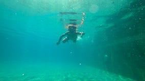 一个小男孩的Ultrahd慢动作水下的射击在水池学会如何游泳 小孩男孩潜水入水池 股票录像
