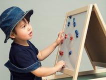 一个小男孩计划信件和数字 库存照片