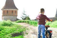 一个小男孩驾驶自行车 库存图片