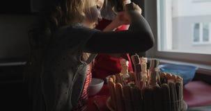 一个小白肤金发的女孩和她的母亲为诞生的天装饰蛋糕 影视素材