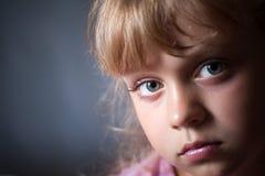 一个小白肤金发的女孩的特写镜头纵向 库存照片