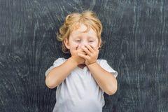 一个小白肤金发的孩子男孩的顶视图有空间文本的和标志的在老木背景 混乱的,突发的灵感概念 库存照片
