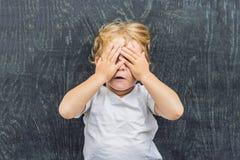 一个小白肤金发的孩子男孩的顶视图有空间的文本和symbo的 免版税库存图片