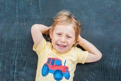 一个小白肤金发的孩子男孩的顶视图有空间文本的和标志的在老木背景 混乱的,突发的灵感概念 库存图片