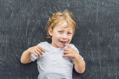 一个小白肤金发的孩子男孩的顶视图有空间的文本和symbo的 库存照片