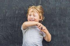一个小白肤金发的孩子男孩的顶视图有空间的文本和symbo的 库存图片