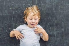 一个小白肤金发的孩子男孩的顶视图有空间的文本和symbo的 免版税库存照片