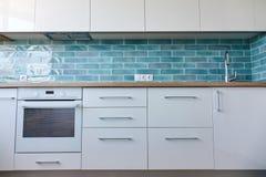 一个小白色厨房的内部 库存照片
