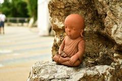 一个小的修士雕象 免版税库存图片