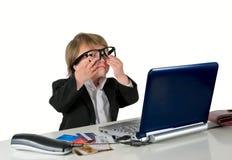 一个小的小女孩(男孩)有玻璃、计算机和赊帐的加州 免版税图库摄影