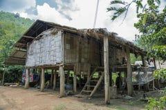 一个小的小屋在密林 免版税库存照片