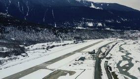一个小的机场的华美的空中英尺长度山的,4k 股票视频