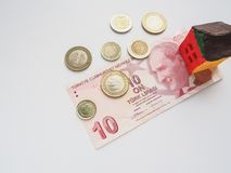 一个小的玩具房子概念在土耳其里拉 储款和志向的概念 免版税库存图片