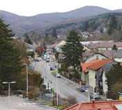 一个小的镇的主路在维也纳森林里 免版税库存图片