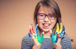 一个小的青春期前的学生女孩陈列的画象绘了手 被定调子的照片 库存图片