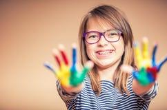 一个小的青春期前的学生女孩陈列的画象绘了手 被定调子的照片 免版税库存照片