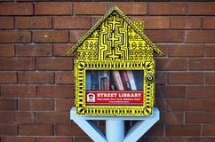 以一个小的黄色摊的形式街道图书馆有自由书的 图书馆交换的水平的射击 库存图片