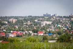 一个小省镇在一个美好的夏日,都市风景 免版税库存照片