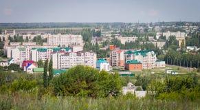 一个小省镇在一个美好的夏日,都市风景 库存照片