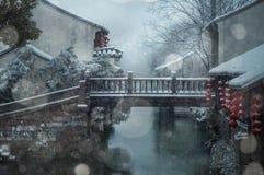一个小积雪的镇 库存照片