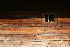 一个小窗口, 18世纪的老教会的墙壁 库存图片