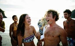一个小组不同的人民获得乐趣在海滩 免版税库存图片
