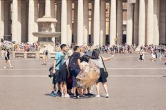 一个小组亚裔游人在梵蒂冈地区做selfie在旁边 免版税图库摄影