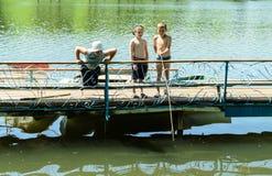 一个小组儿童钓鱼 库存图片