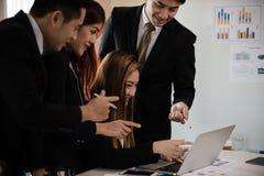 一个小组商人和妇女在会议室,在Th的点 库存照片