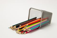 一个小组在一块文字玻璃的色的铅笔在一白色backgro 免版税库存图片