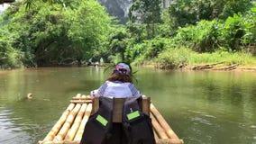 一个小组在河的游人浮游物 女孩航行在一条河的一艘木筏的9岁在亚洲 r 股票视频