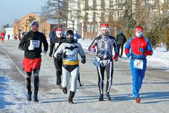 一个小组在跑沿堤防的各种各样的字符服装的赛跑者在一场半马拉松期间 免版税图库摄影