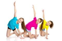 一个小组女孩体操运动员执行锻炼 免版税库存图片