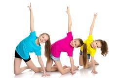 一个小组女孩体操运动员执行锻炼 库存照片