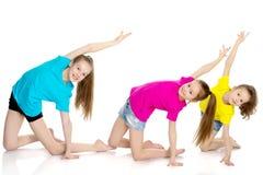 一个小组女孩体操运动员执行锻炼 库存图片
